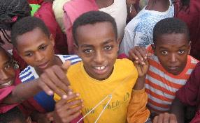 Äthiopische Kinder lauschen Gregors Aufnahmen.