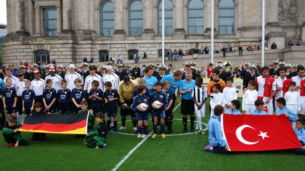 Blindenfußball-Länderspiel Deutschland gegen Türkei am 20. Mai 2010 vor dem Reichstag