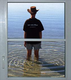 Ohrenblicker steht im Wasser